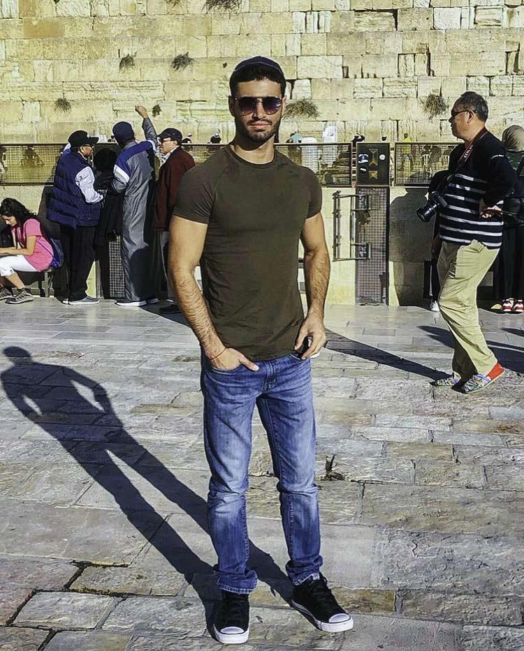 2017 Birthright Israel mifgash alumnus Ido Hayut standing in front of the Kotel